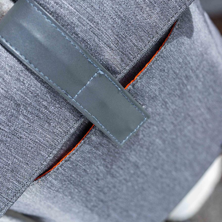 Gros plan sur la fermeture du sac bandoulière Clikpocket Baby Station gris