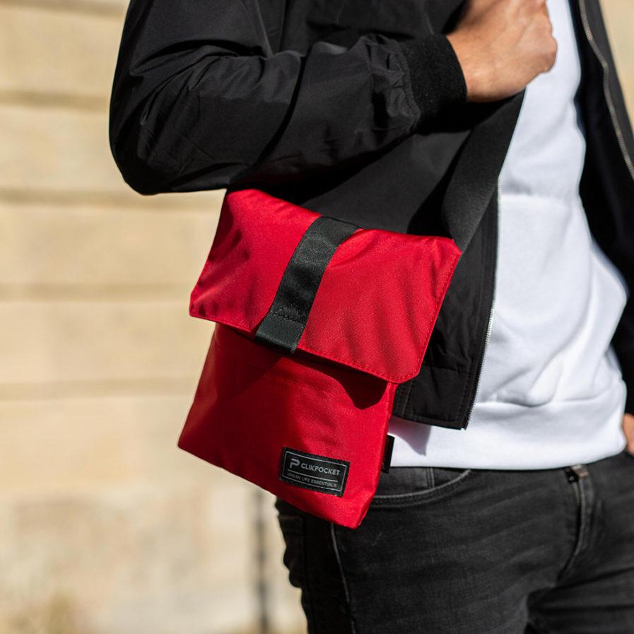 Pochette bandoulière Clikpocket Check In rouge portée par une homme