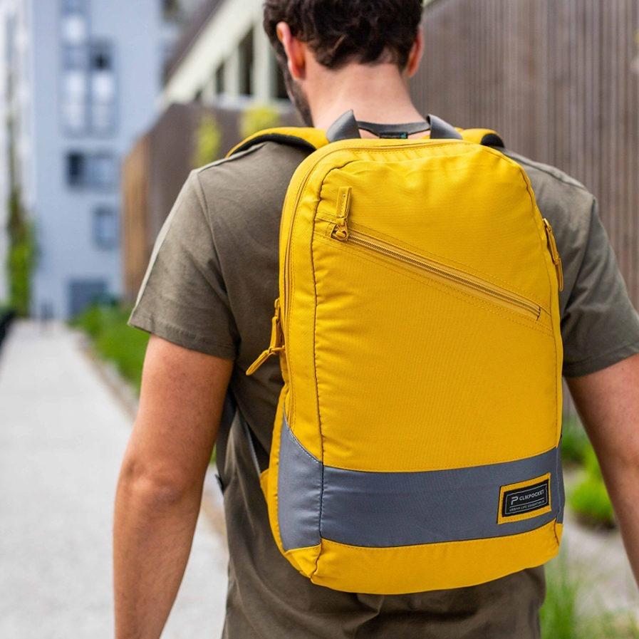 Sac à dos Clikpocket Downtown World Safran porté par un homme de dos
