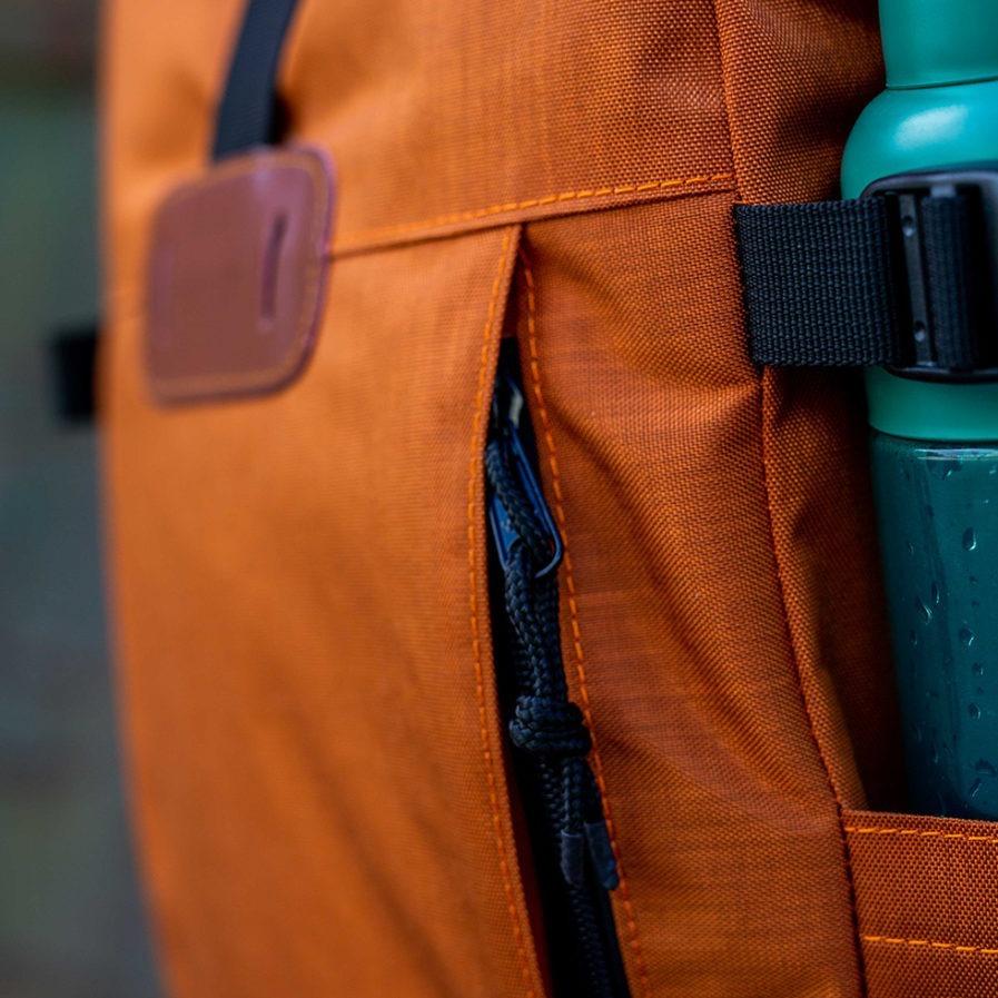 Gros plan sur la fermeture zip du sac à dos Clikpocket Nomad cuivre
