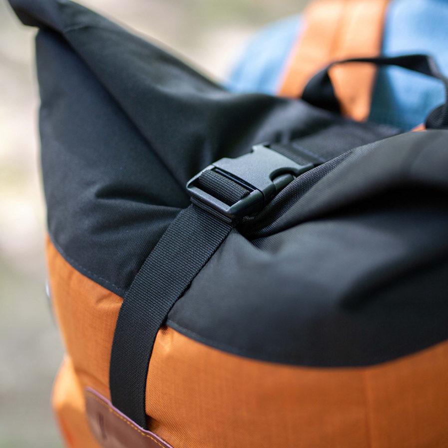 Gros plan sur la fermeture clip du sac à dos Clikpocket Nomad cuivre