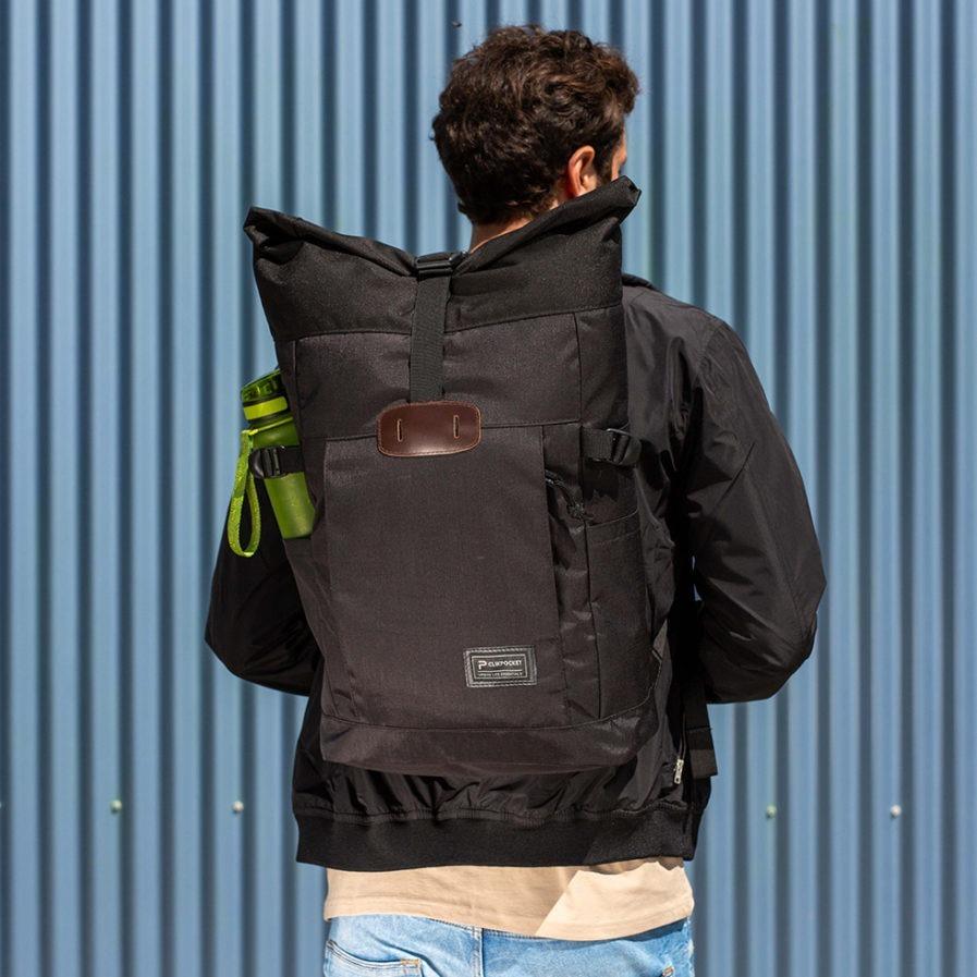 Sac à dos Clikpocket Nomad noir porté par un homme de dos