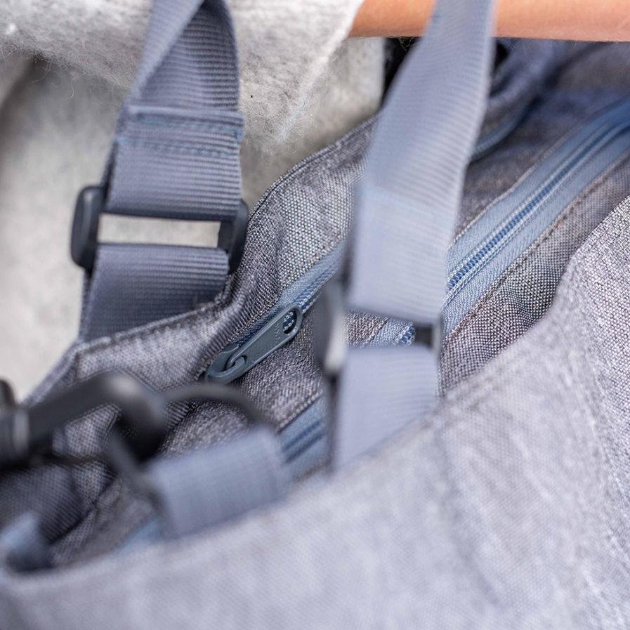 Très gros plan sur la fermeture du sac à main bandoulière Clikpocket Station gris