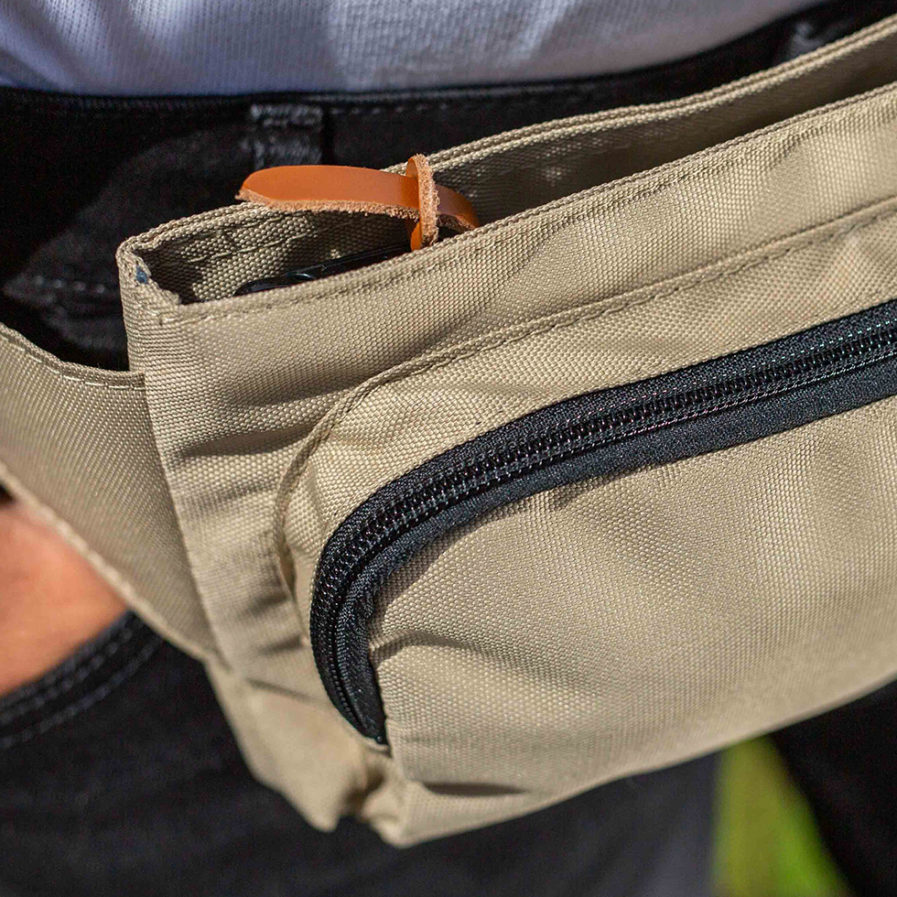gros plan sur le sac banane clikpocket travel beige porté par un homme