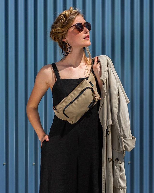 Vignette du sac banane clikpocket travel beige porté par une femme en milieu urbain