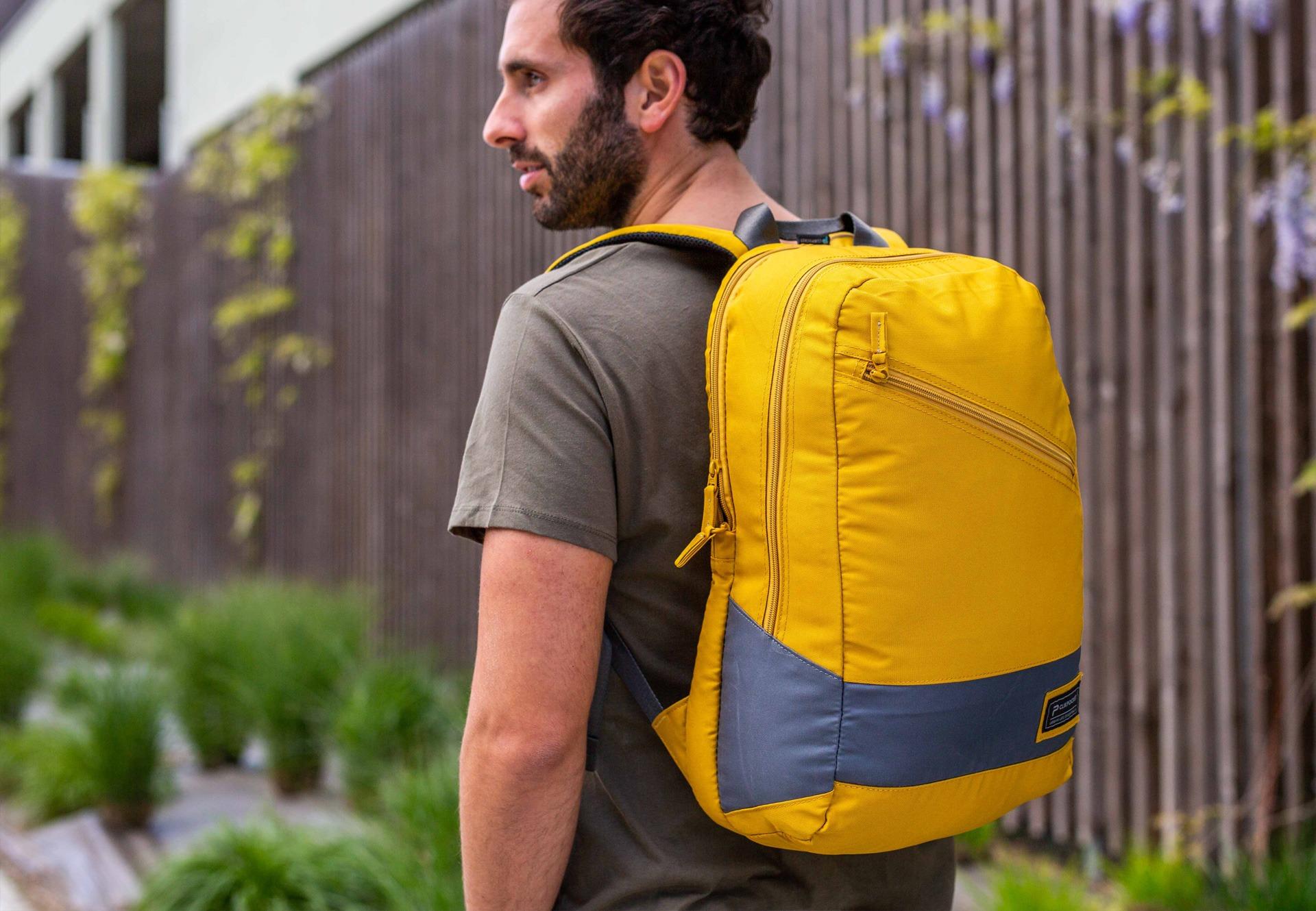 Un homme porte le sac à dos Downtown Safran en ville
